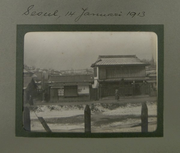 "Seoul, 14 Januari 1913. [In the album ""Transiberia"".] Not all travel photographs were fantastic vistas or of popular tourist attractions; some were about the more typical daily scenes experienced. 2008.001.013"